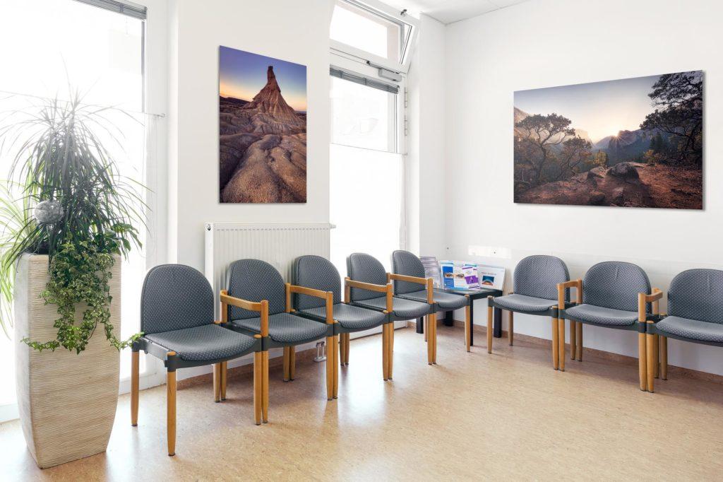 Bilder im Wartezimmer einer Arztpraxis